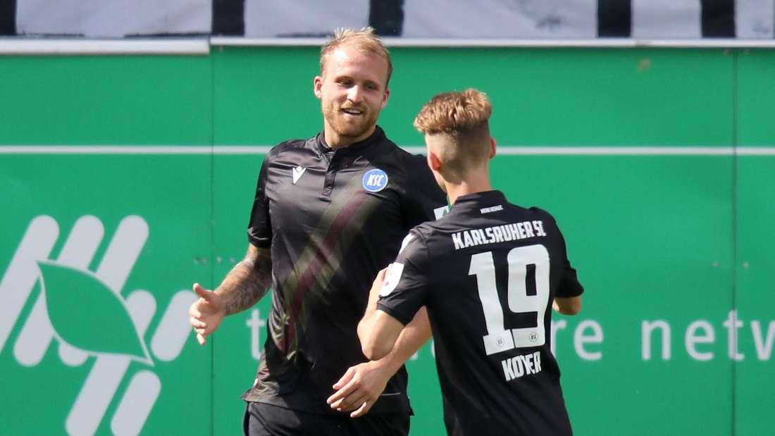 Karlsruher SC zu Gast bei Greuther Fürth. Philipp Hofmann (li.) jubelt nach seinem Tor zum 1:2.