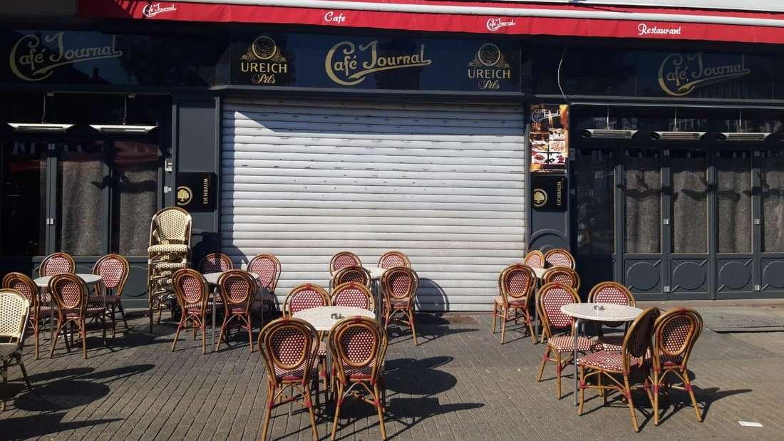 """Außenbestuhlung des türkischen Grillrestaurants """"Istanbul"""" vor dem geschlossenen Café Journal am Marktplatz in Mannheim (24. Juni 2020)."""