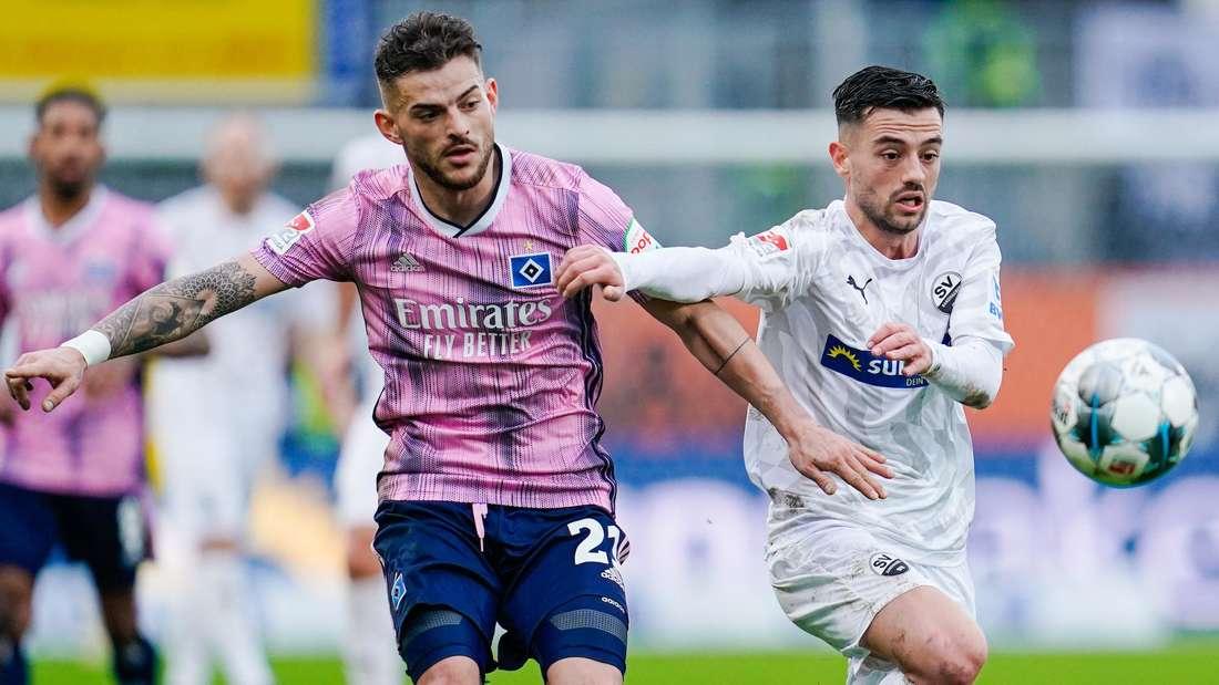 2. Bundesliga, SV Sandhausen - Hamburger SV, 17. Spieltag, im Hardtwaldstadion. Hamburgs Tim Leibold (l) und Sandhausens Besar Halimi kämpfen um den Ball.