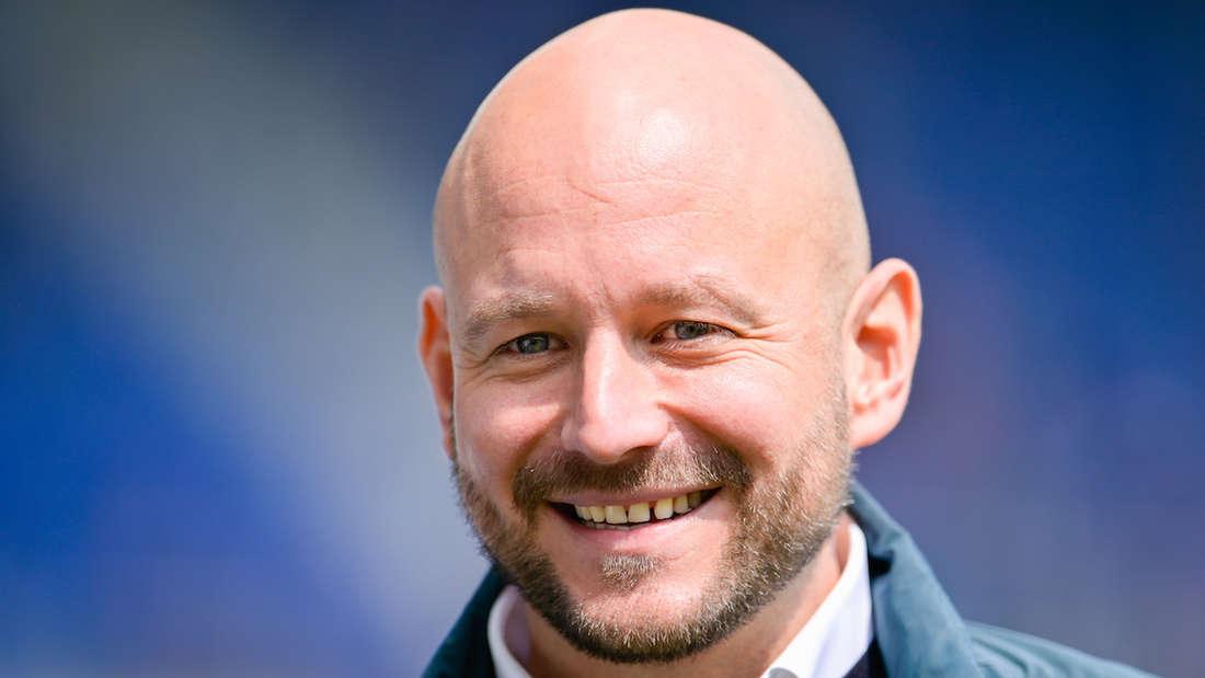 Hoffenheims Sportchef Alexander Rosen lächelt.