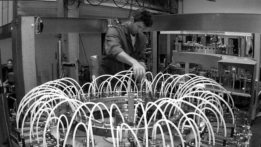 Techniker kontrolliert Maschine bei Getränkeabfüller. (Symbolfoto)