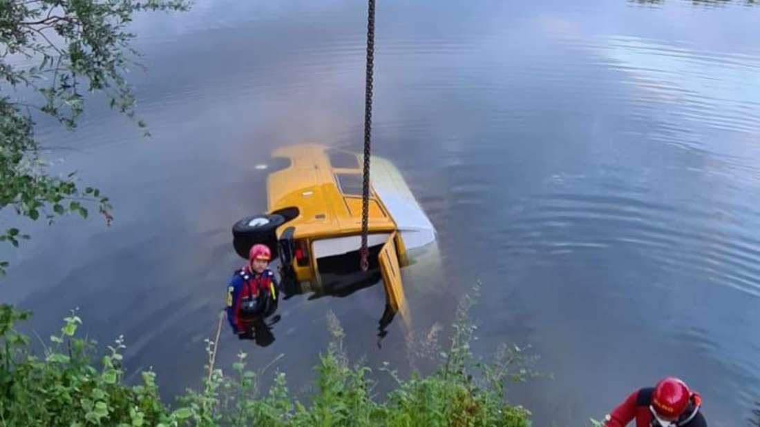 Zwei Taucher an dem versunkenem Campingbus im Rhein