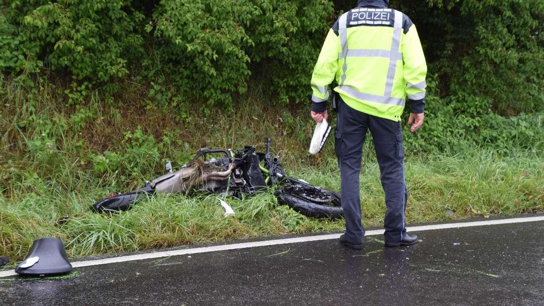 ein Polizist begutachtet die Unfallstelle auf der L550 bei Sinsheim nachdem ein Fahrschüler ums Leben gekommen ist (16. Juli 2020).