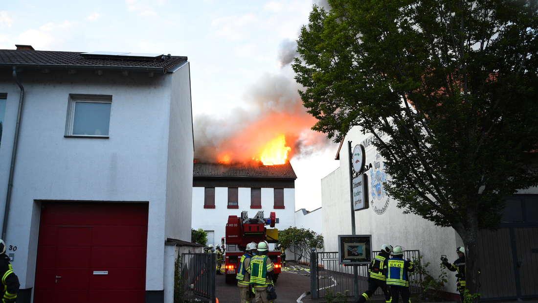 Dachstuhlbrand eines Mehrfamilienhauses, Polizei und Rettungskräfte sind derzeit im Einsatz.