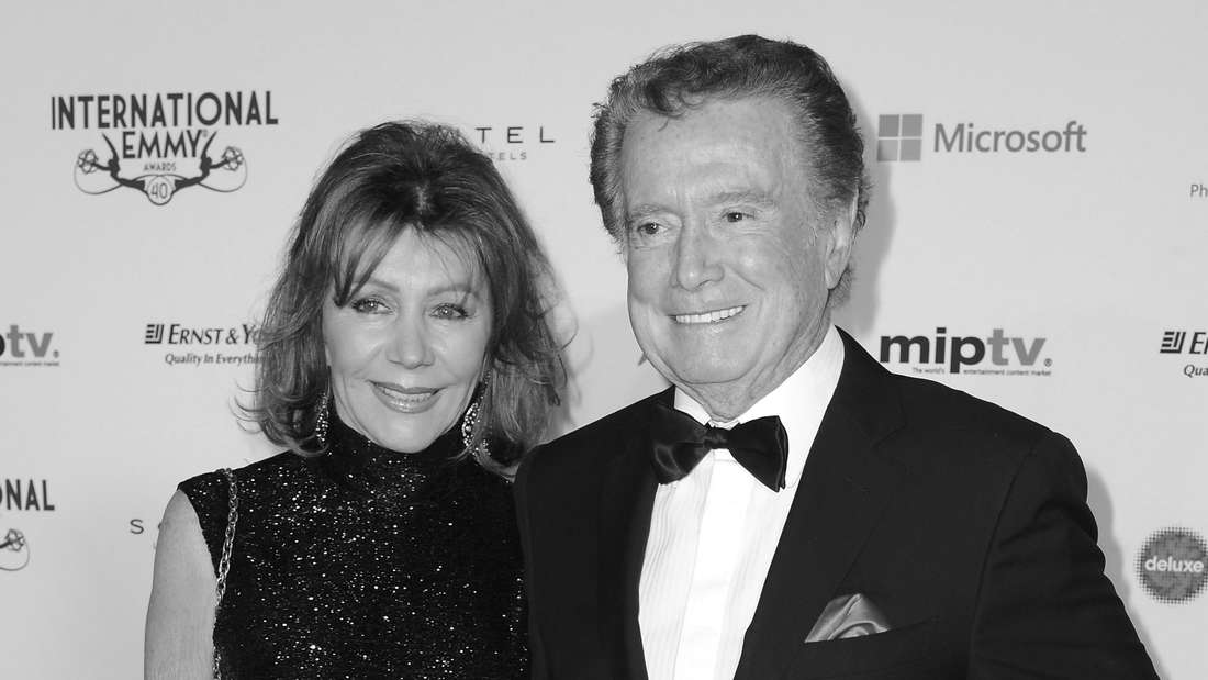 Regis Philbin und seine Frau Joy lächeln beim Emmy-Award 2012 auf dem roten Teppich in die Kameras.