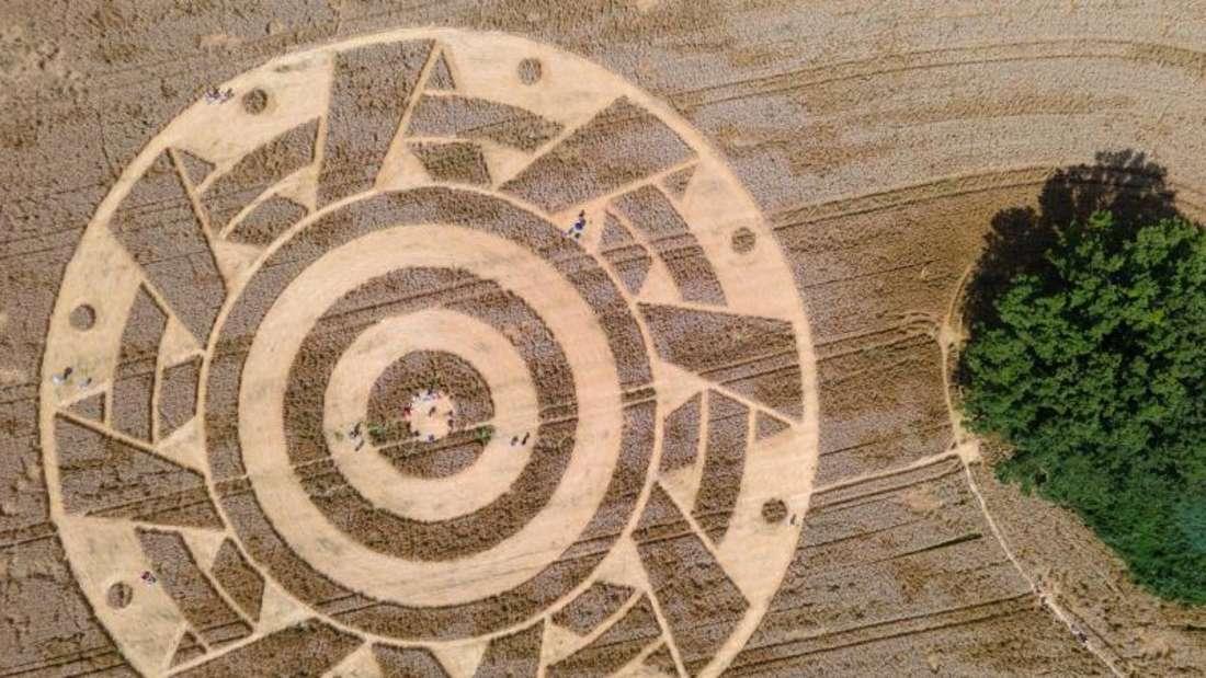 Wer hat den Kornkreis entworfen? (Luftaufnahme mit einer Drohne). Foto: Sven Hoppe/dpa