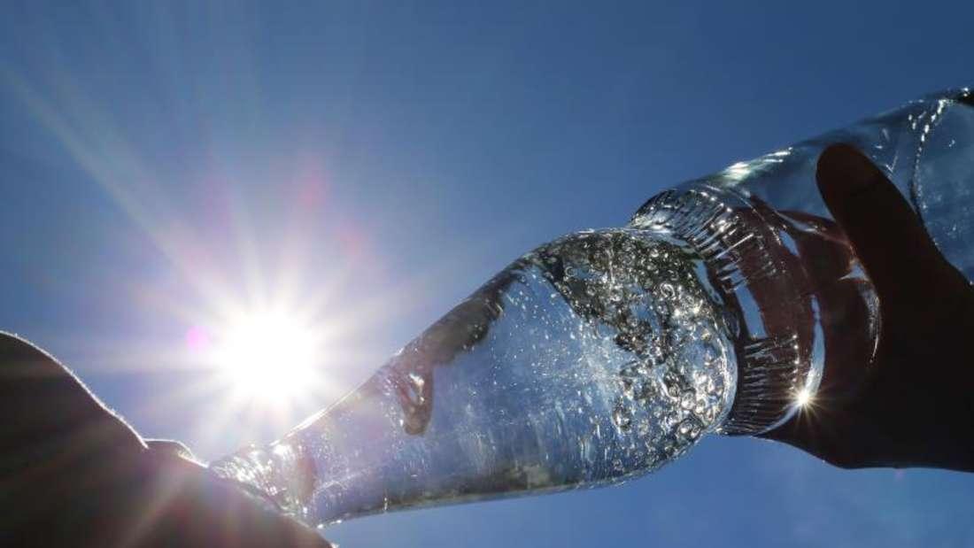 Eiskaltes Wasser ist bei Hitze nicht zu empfehlen. Foto: Karl-Josef Hildenbrand/dpa