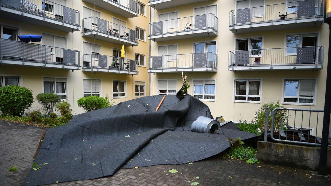 Großeinsatz in der Mannheimer Straße in Brühl: Dach (etwa 200 qm) nach heftigen Gewitter abgedeckt (12. August 2020).