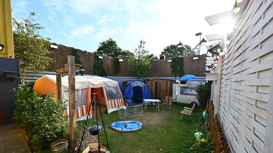Ein Campingplatz mit einem kleinen Zelt.