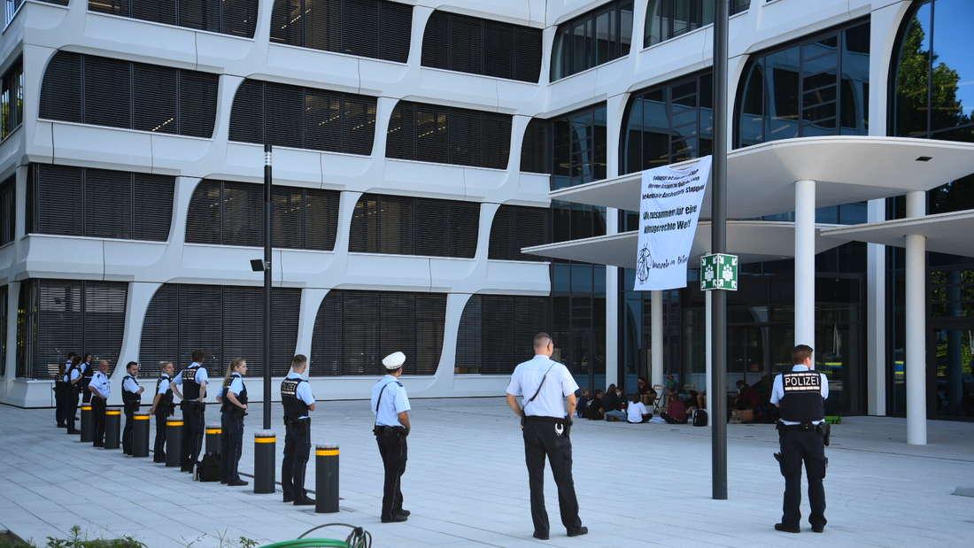Die Polizei ist mit einem Großaufgebot bei der Klima-Protestaktion vor Ort.