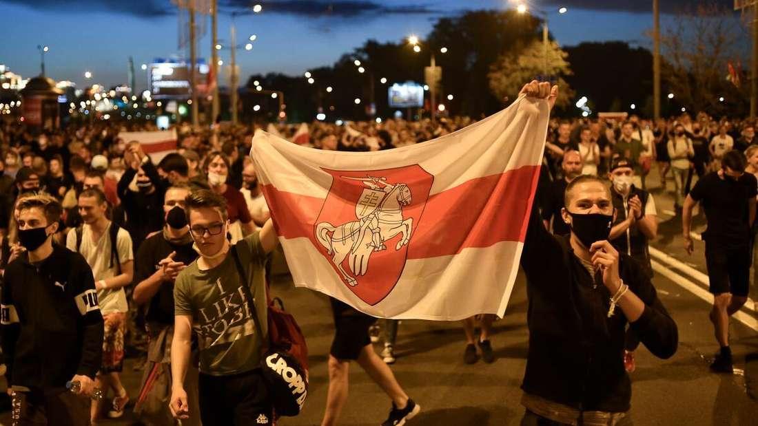 Demonstranten auf einer Straße, nach der Präsidentschaftswahl in Belarus (Weißrussland).