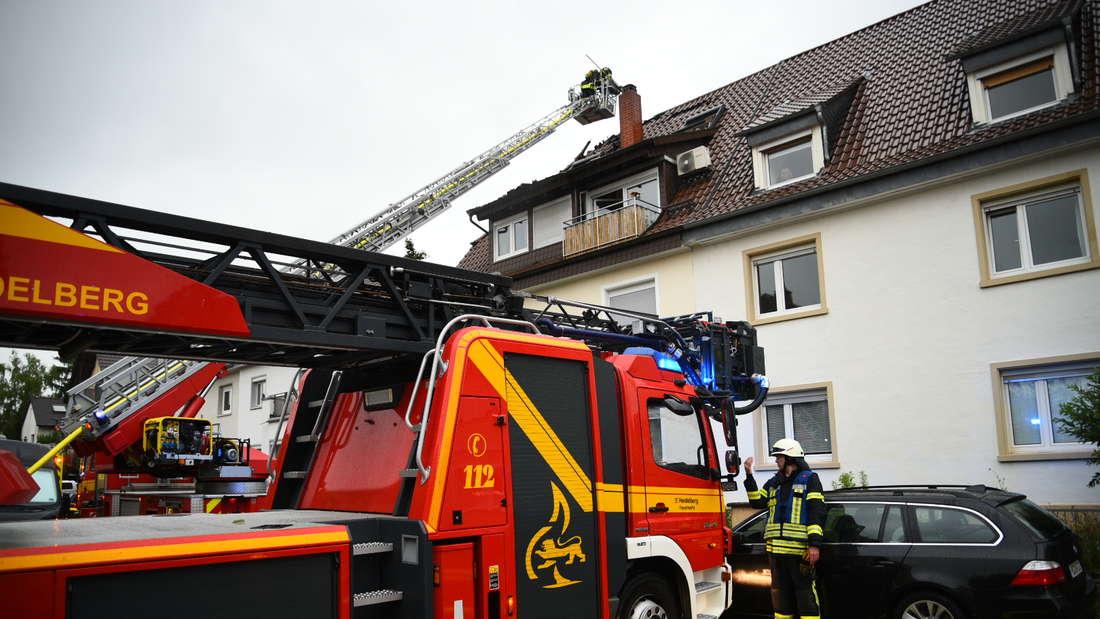 Nach einem Blitzeinschlag ist die Feuerwehr Heidelberg im Einsatz, um einen Dachstuhlbrand zu löschen.