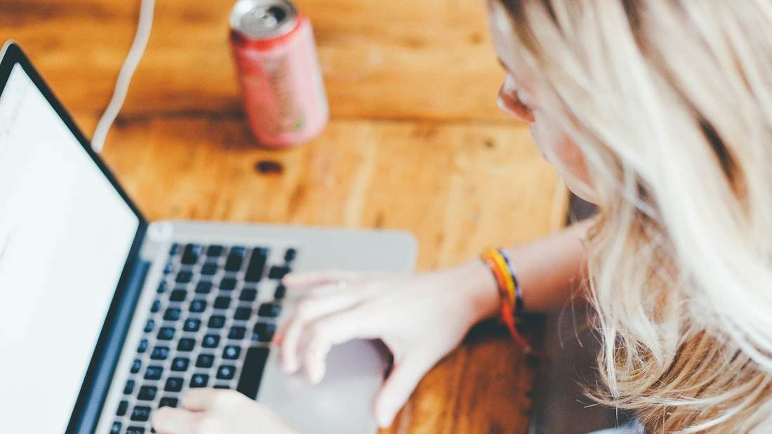 Eine Frau benutzt einen Laptop.