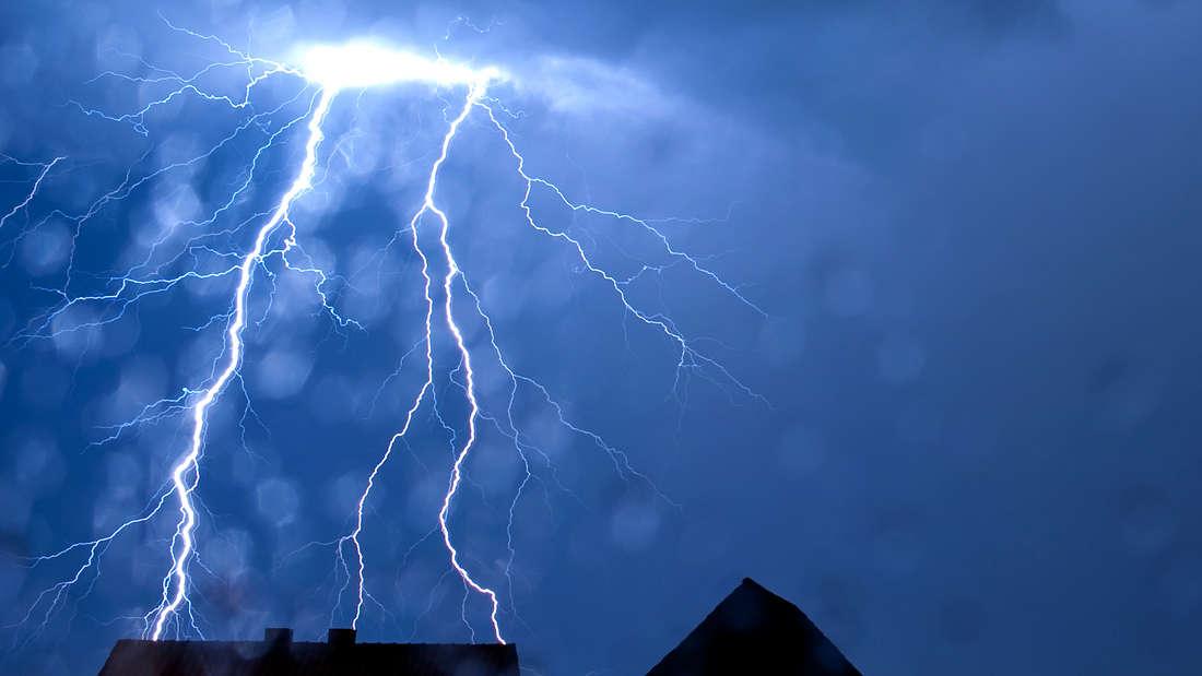 Blitzeinschlag über Haus