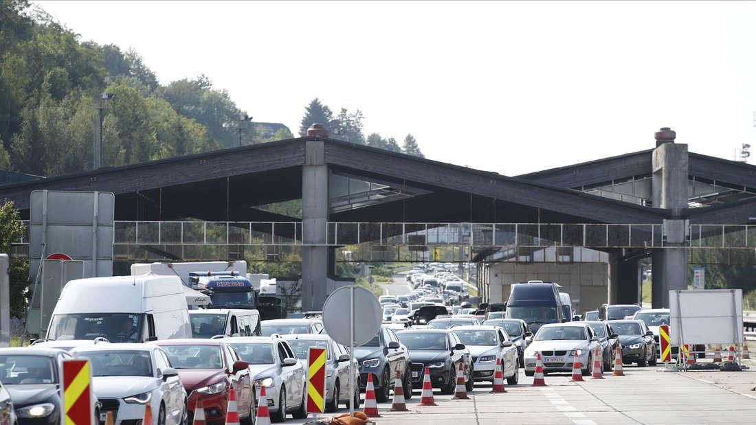 Eine lange Autoschlange staut sich an der Grenze zu Österreich.