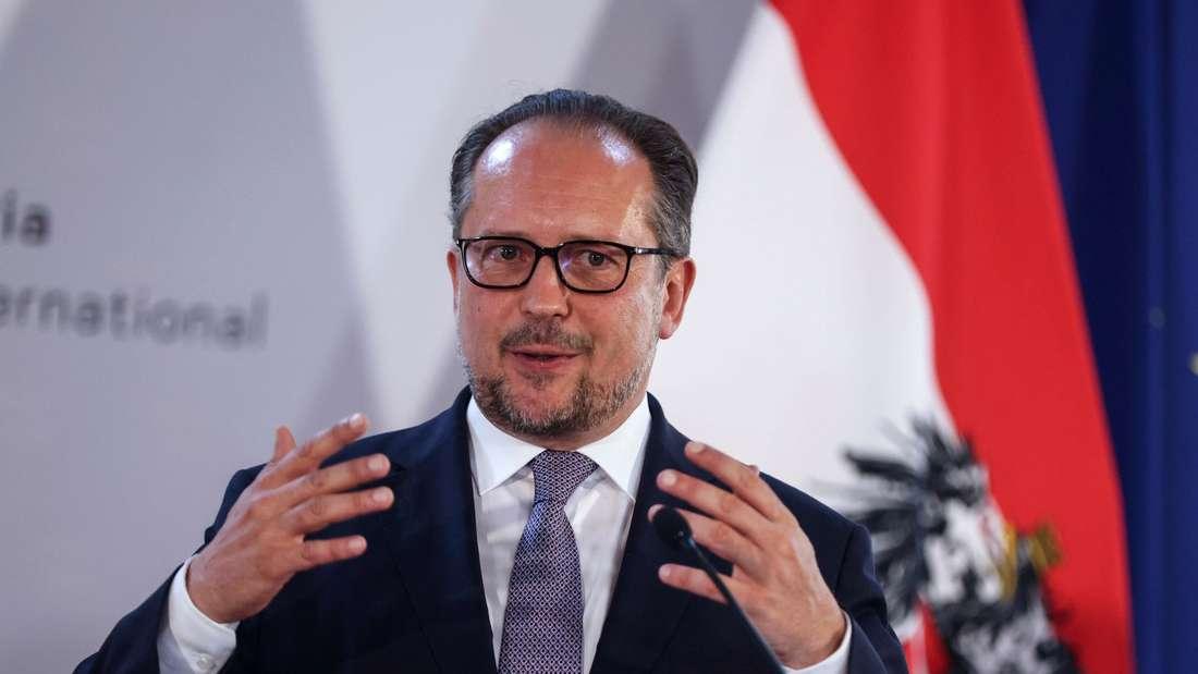 Österreichische Außenminister Alexander Schallenberg steht bei einer Pressekonferenz auf einem Podium.