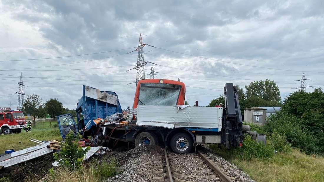 Zug-Unglück in Herbertingen: Ein Zug rast in einen Lkw.