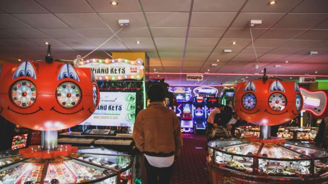 Online-Anbieter verzeichnen seit Jahren steigende Nutzerzahlen, während stationäre Spielhallen Probleme haben.