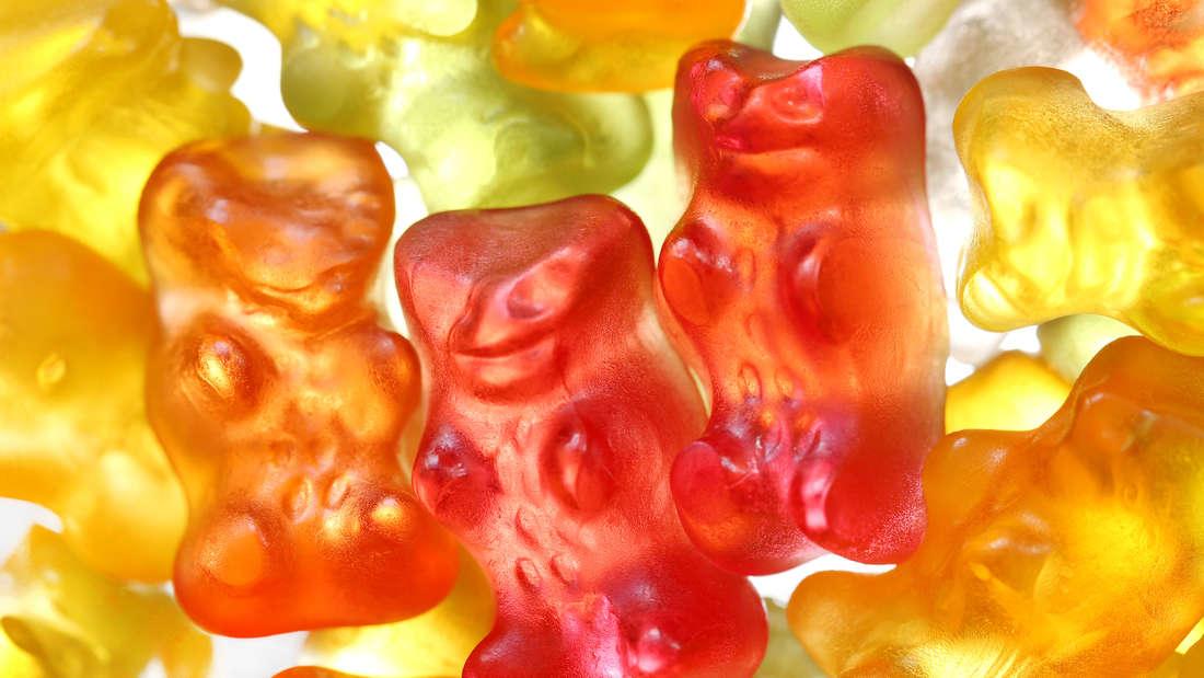 Rote, gelbe, orange und grüne Haribo-Golbären liegen auf einem Haufen.