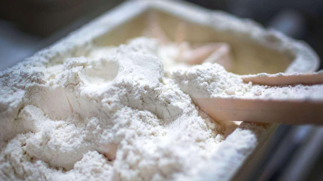 Mehl in einer Schüssel bei einem Bäcker in Köln.