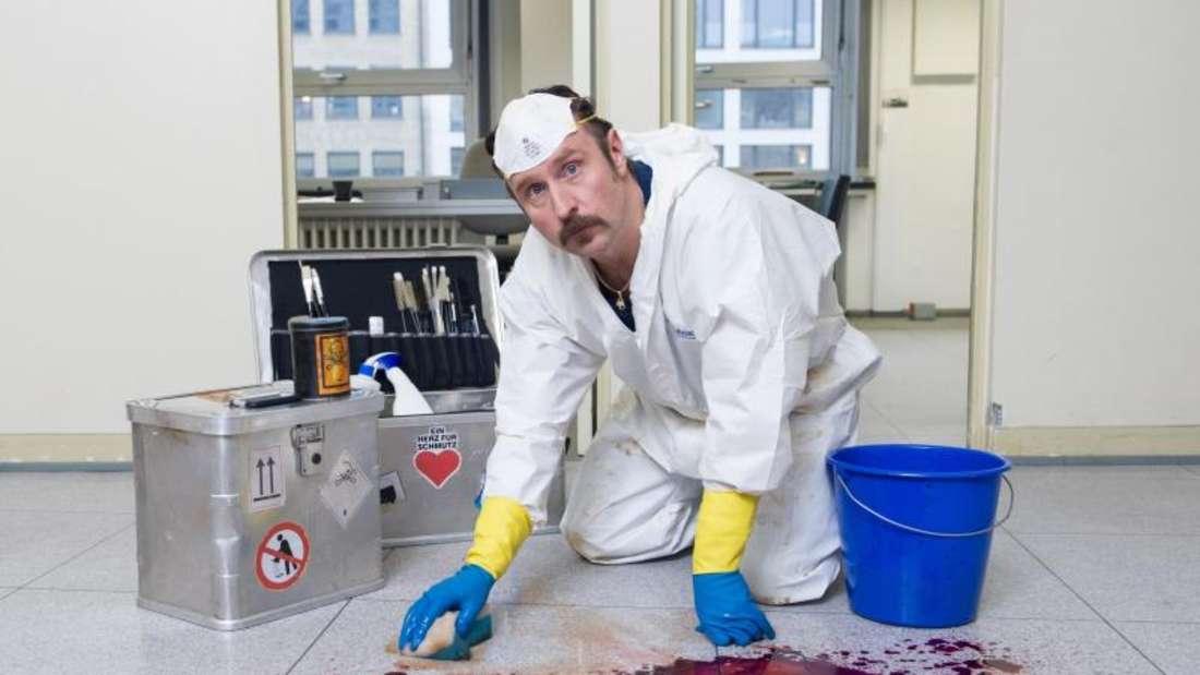 Schauspieler Bjarne Mädel 2013 bei einem Fototermin am Filmset zur Serie «Der Tatortreiniger». Foto: Maja Hitij/dpa