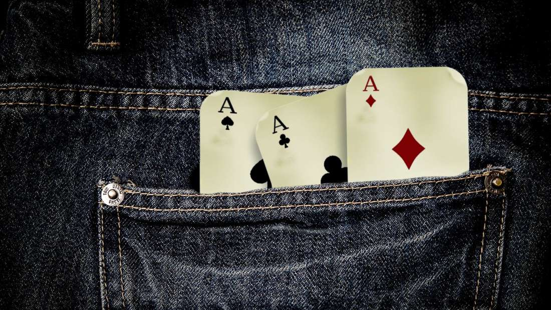Eine Hosentasche mit Spielkarten