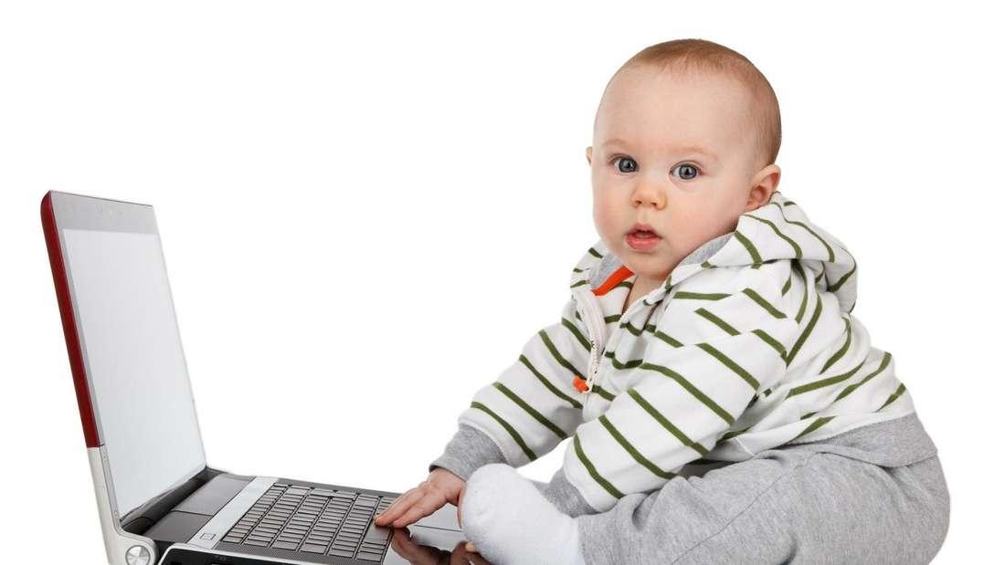 Ein Kind vor einem Laptop