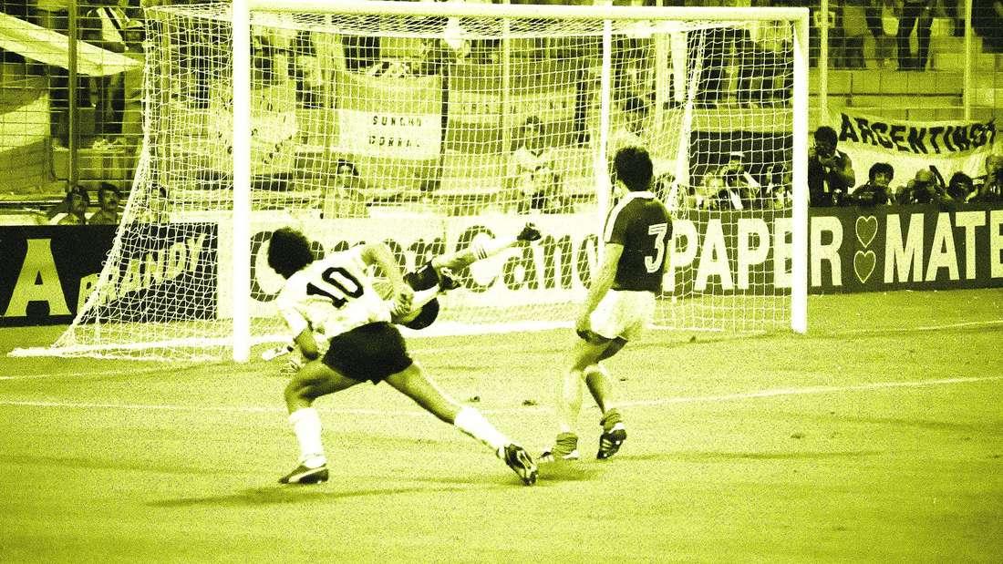 Diego Maradona schießt das zweite Tor gegen Ungarn bei der Fußball-WM 1982.