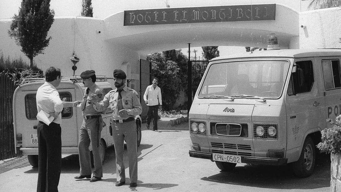 Spanische Sicherheitskräfte 1982 vor dem Hotel Montíboli in Villajoyosa.