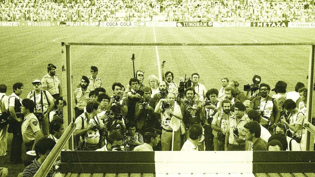 Fotografen drängeln sich am Spielfeldrand im Stadion Rico Pérez in Alicante bei der Fußball-WM 1982.