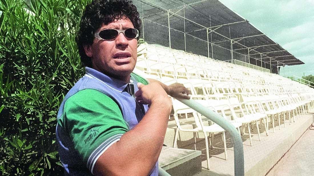 Diego Maradona in einem Sportstadion in Alicante, Spanien.