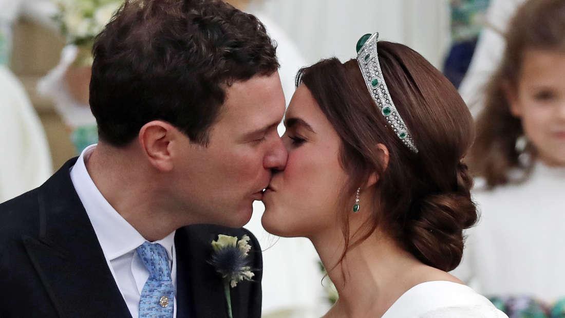Prinzessin Eugenie und Ehemann Jack Brooksbank küssen sich bei ihrer Hochzeit.