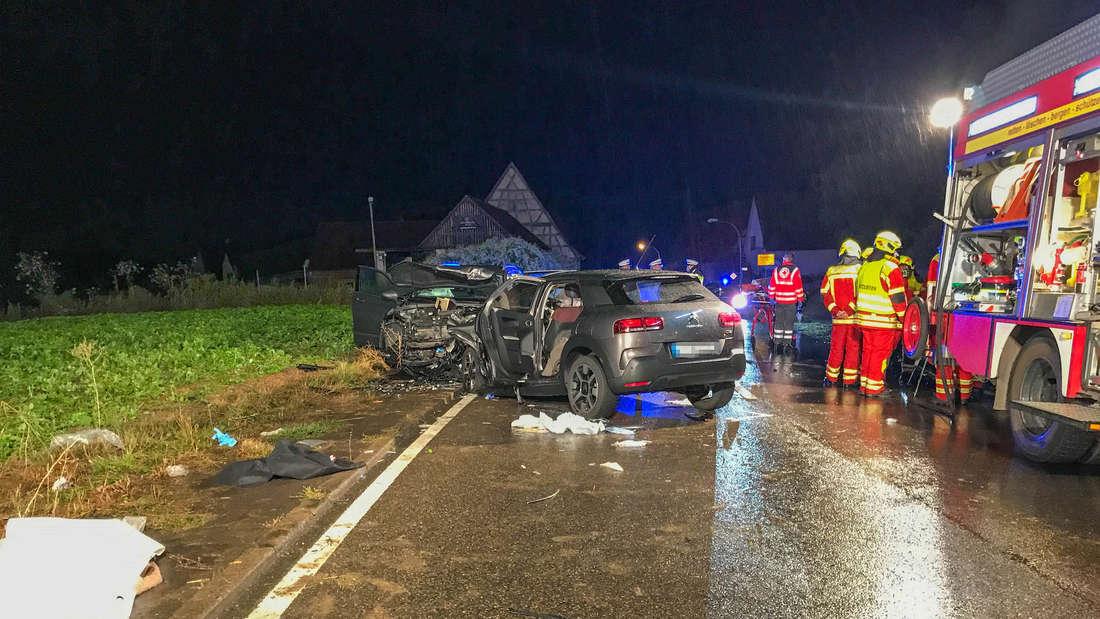 Bei einem Unfall auf der L1100 stirbt ein Fahrer.