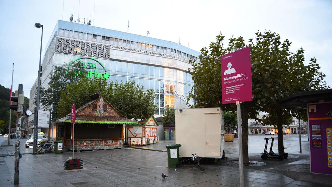 Der Bismarckplatz, davor ein Schild mit der Aufschrift Maskenpflicht.
