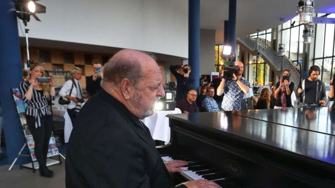 Der Mann am Klavier:Ralph Siegel feiert seinen 75. Geburtstag. Foto: Karl-Josef Hildenbrand/dpa