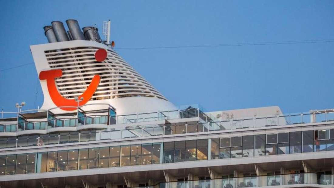 Das Kreuzfahrtschiff «Mein Schiff 6»mit mehreren Corona-Infizierten an Bord hat am frühen Dienstagmorgen in der griechischen Hafenstadt Piräusangelegt. Foto: Socrates Baltagiannis/dpa