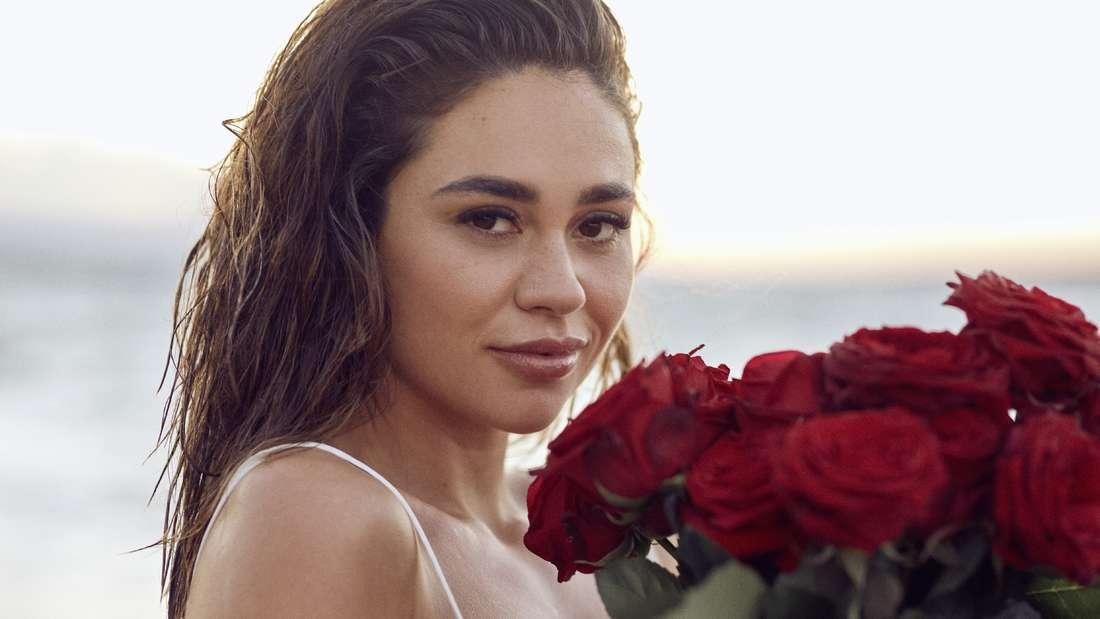 Melissa mit einem Strauß Rosen.