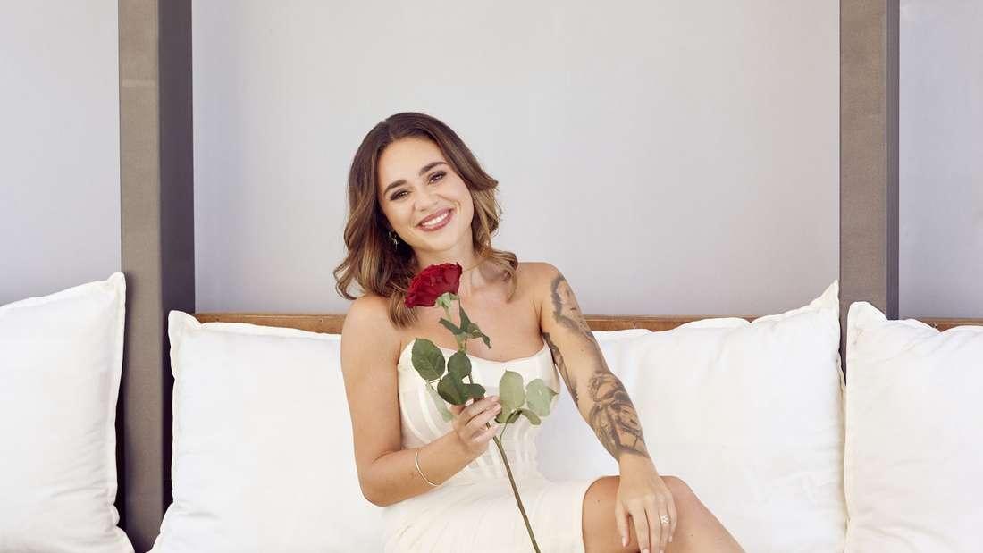 Melissa Damilia mit einer Rose in der Hand.