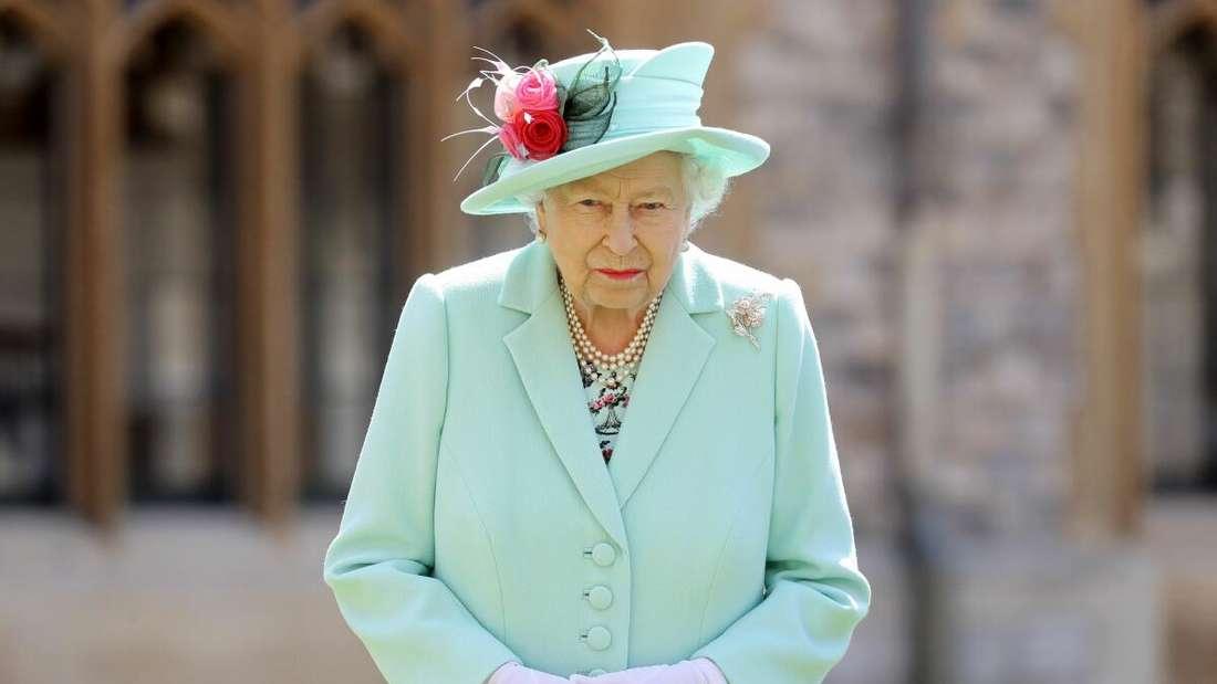 Queen  Elizabeth II. posiert, nachdem sie dem 100-jährigen altgedienten Hauptmann Tom Moore während einer Investitur auf Schloss Windsor in Windsor die Ehre des Rittertums verliehen hat