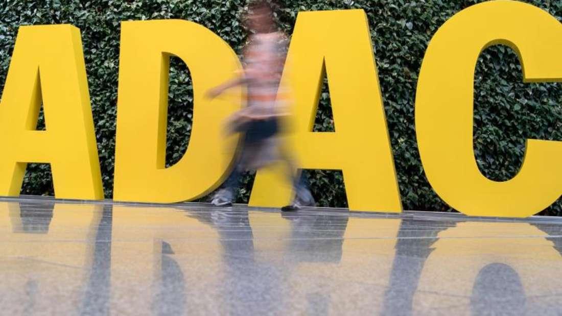 Das ADAC-Logo vor der Zentrale in München. Foto: picture alliance / Peter Kneffel/dpa