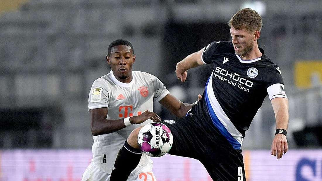 David Alaba von Bayern in Aktion gegen Fabian Klos von Bielefeld