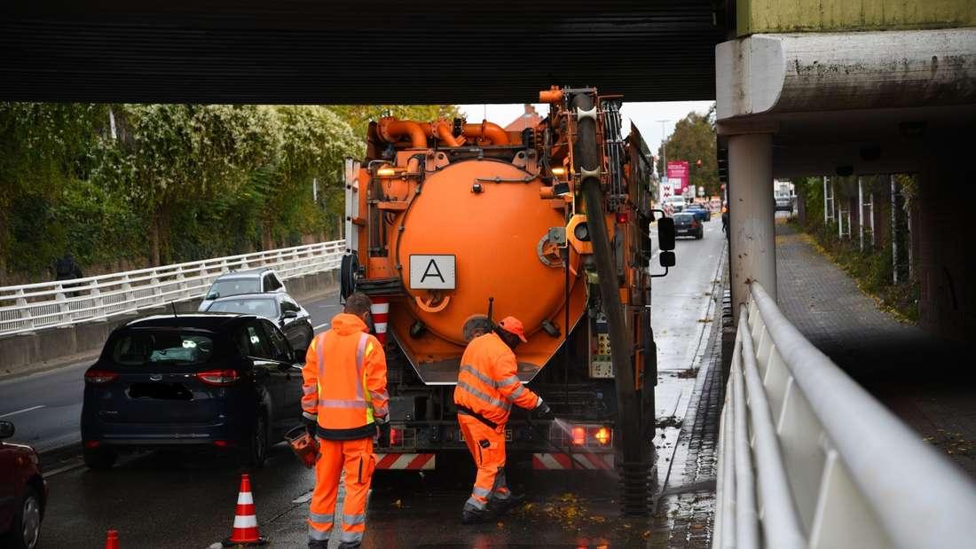 Nachdem ein Auto in der Römerstraße gegen einen Hydranten gefahren ist, sammelt sich in der Unterführung Wasser. Ein Fahrstreifen ist blockiert.