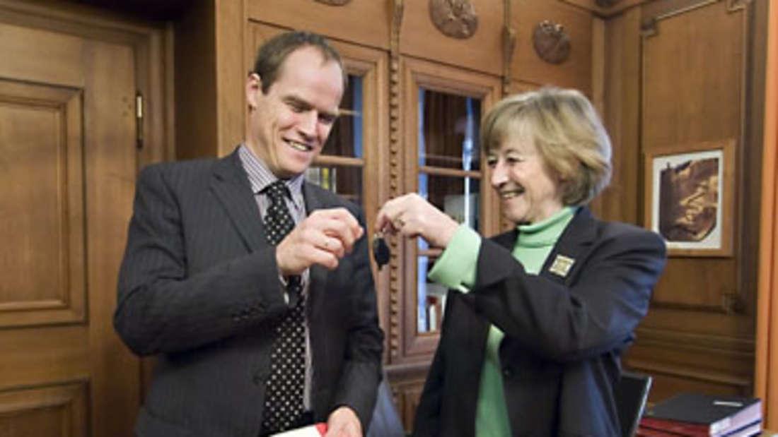 Beate Weber übergibt die Schlüssel für das Dienstzimmer im Rathaus an ihren Nachfolger Dr. Eckart Würzner.