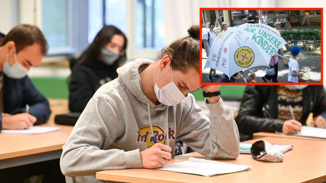 Ein Schüler sitzt mit Maske am Tisch.