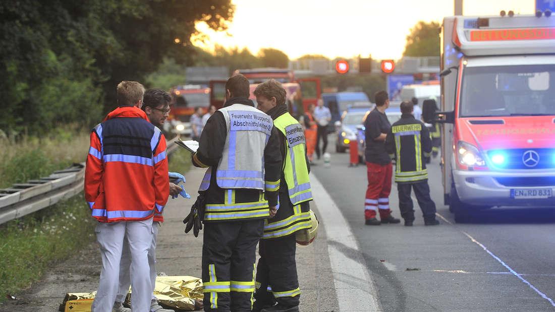 Feuerwehr und Rettungsdienst an einer Unfallstelle (Symbolfoto)