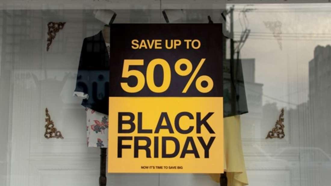 Black Friday: Sale-Schild an Einkaufsfenster.