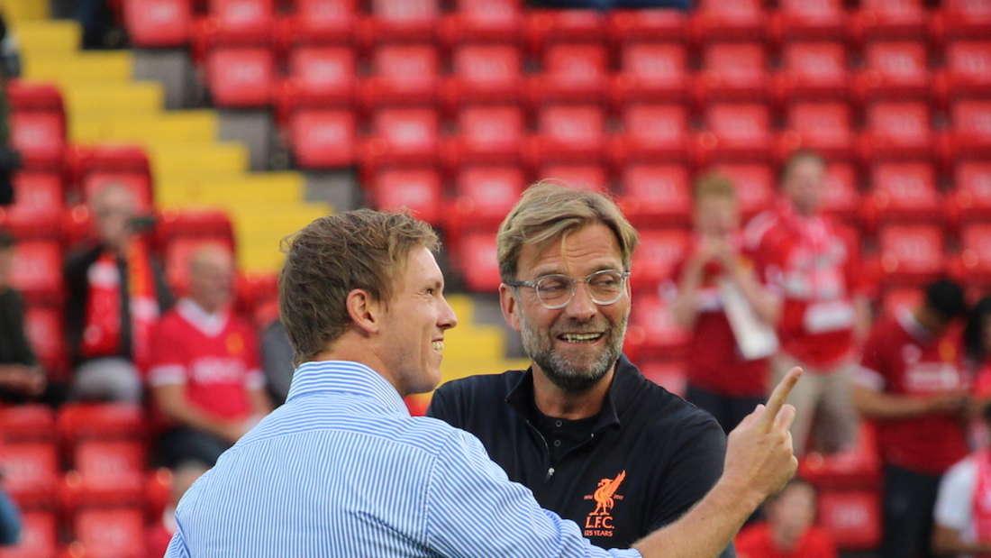 Julian Nagelsmann (li.) im Gespräch mit Liverpool-Trainer Jürgen Klopp (r.)