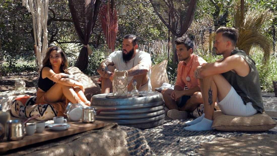 Melissa, Daniel M., Daniel H. und Daniel B. beim Kaffeesatz-Lesen