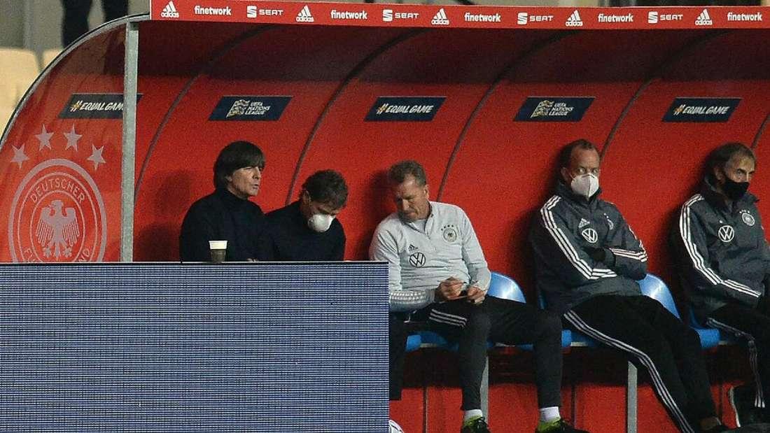 Joachim Löw sitzt konsterniert auf der Trainerbank