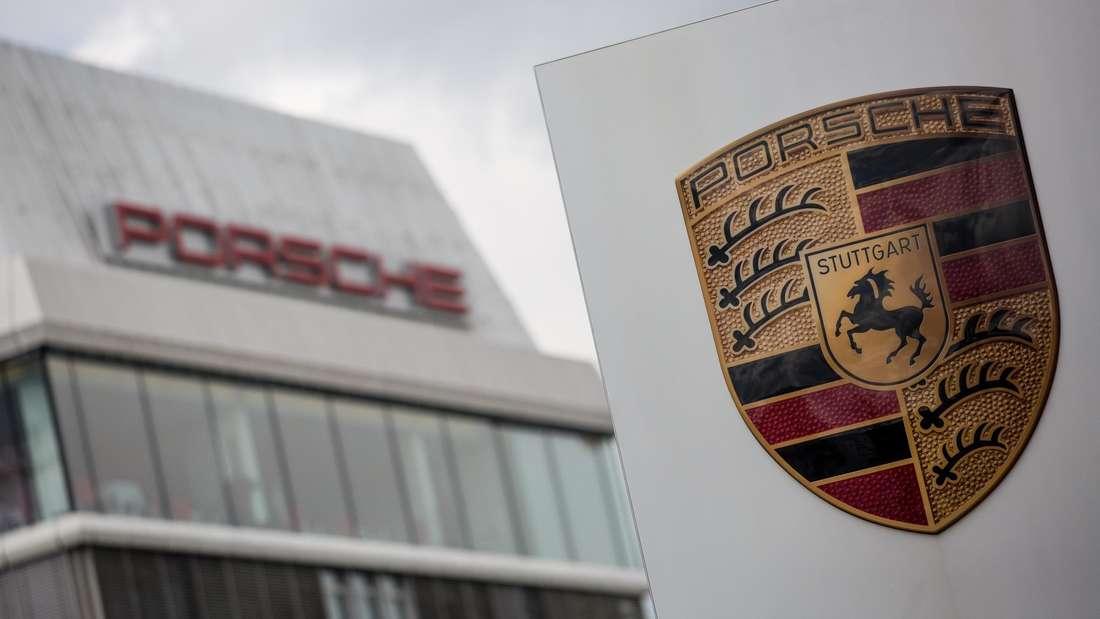 Ein Schild mit dem Porsche-Logo vor der Zentrale in Stuttgart